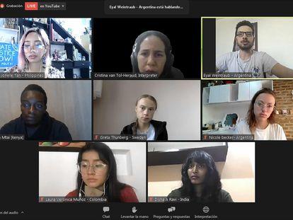 Greta Thunberg, en el centro, en la conferencia de prensa virtual de los jóvenes activistas del clima..