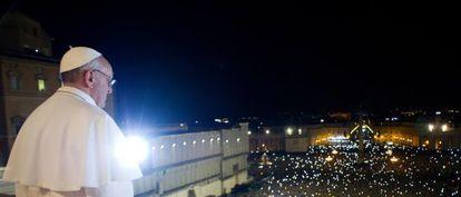 El Papa argentino Jorge Bergoglio se asoma al balcón de la Basílica de San Pedro.