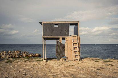 Una torre de vigilancia para interceptar embarcaciones con migrantes en la ciudad costera Sabrata. La construcción está hecha con restos de lanchas.
