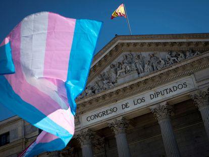 Una bandera ondea ante el Congreso de los Diputados en junio de 2020.