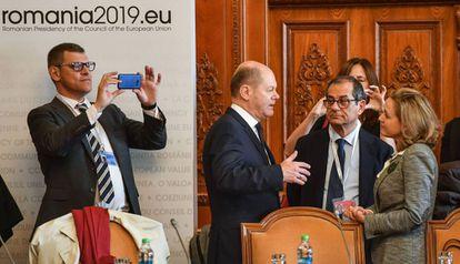 La ministra de Economía, Nadia Calviño, habla con su homólogos de Alemania e Italia, en un Eurogrupo.