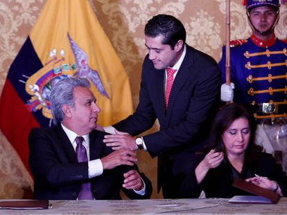 Lenín Moreno y su nuevo ministro de Economía y Finanzas, Richard Martínez.