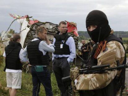 Representantes de la OSCE negocian con separatistas prorrusos en el lugar donde se estrelló el Boeing.