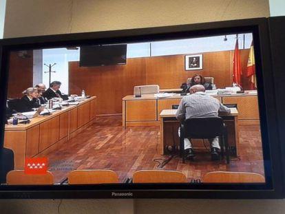 Una pantalla de la Audiencia recoge la declaración del supuesto cabecilla de la trama, Sergio Gamón. En vídeo, las declaraciones de los acusados.