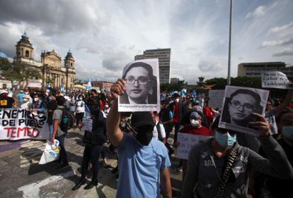 La gente participa en una protesta en apoyo de Juan Francisco Sandoval, quien fue destituido por el Fiscal General de Guatemala como jefe de la Fiscalía Especial Contra la Impunidad.