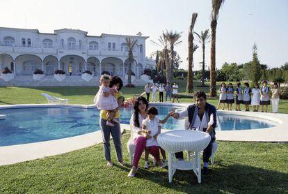 Agosto de 1985: Monzer Al Kassar posa en el jardín de su mansión marbellí. A su lado está su esposa, Rajhola, con una hija de la pareja, Momwar, de dos años y medio. El otro hijo, Haifa, de año y medio, está con una de las personas del servicio de los Al Kassar. Tras ellos, parte de las 35 personas de servicio que trabajaban para ellos en su casa de Marbella.