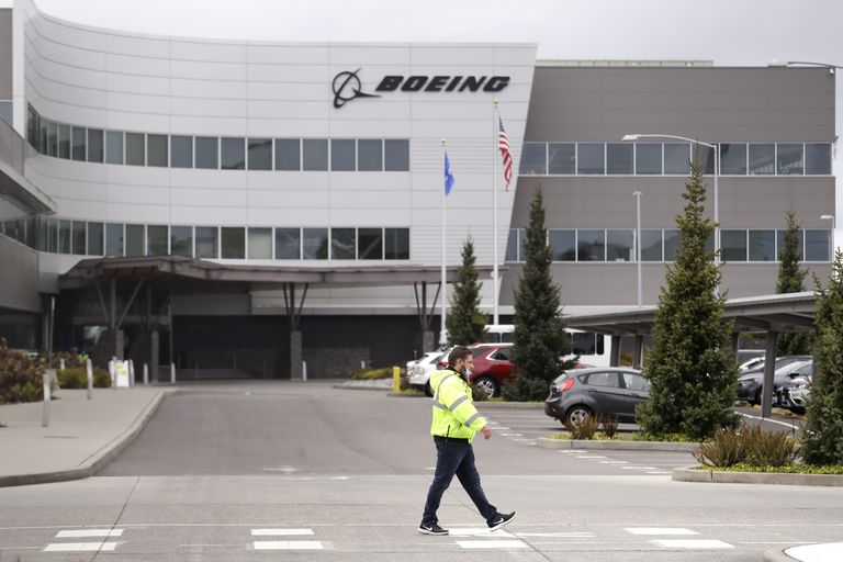 Un empleado pasa ante de la factoría de Boeing en Everett (Washington, EE UU), el pasado martes.