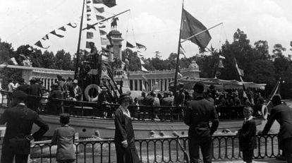 Botadura del barco de vapor España, en el Retiro, con Emmy en el centro (1927).