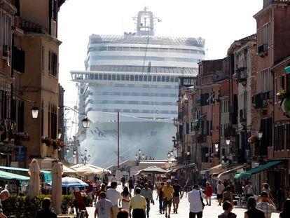 El crucero 'MSC Divina' visto entre edificios de Venecia mientras surca la laguna de Venecia en 2019.