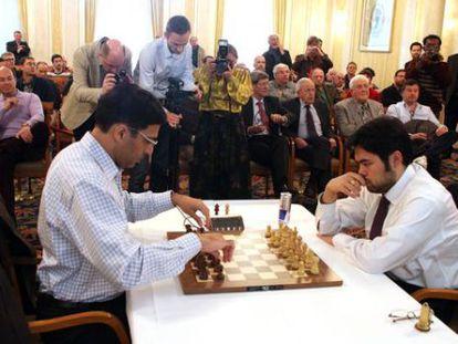Anand termina de situar las piezas antes de la partida rápida que perdió ante Nakamura.