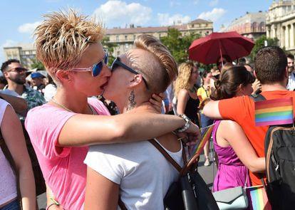 Dos manifestantes lesbianas se besan durante la manifestación del Orgullo.