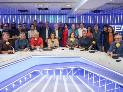 Foto de familia de la cadena SER. En vídeo, la presentación al frente de 'Hoy por Hoy' de Àngels Barceló.