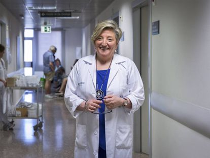 La investigadora Ana Lluch en uno de los pasillos del Hospital Clínico de Valencia.
