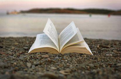 Los índices de lectura aumentan en verano, aunque a menudo no resulta sencillo leer en la playa.