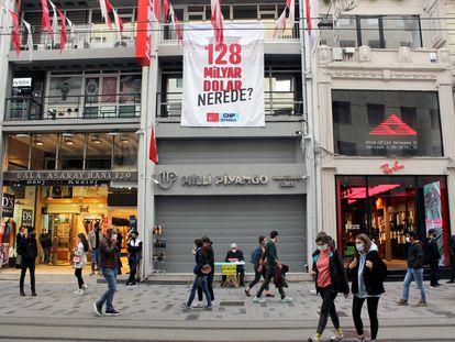 """Una pancarta en la que se lee """"¿Dónde están los 128.000 millones de dólares?"""" cuelga de la oficina del Partido Republicano del Pueblo, en la céntrica avenida Istiklal de Estambul."""