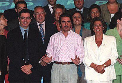 José María Aznar, flanqueado por Alberto Ruiz-Gallardón y Rita Barberá, ayer en Madrid.