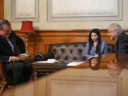 El canciller, Marcelo Ebrard (izquierda) y el presidente, Andrés Manuel López Obrador, este miércoles durante la llamada telefónica con la vicepresidenta de Estados Unidos, Kamala Harris.