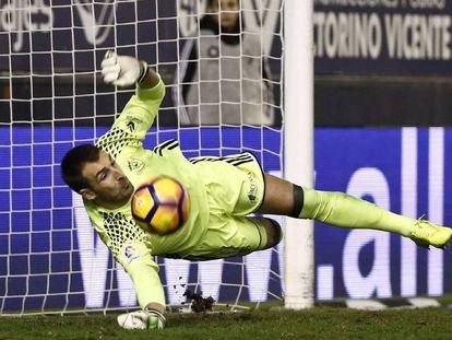 Mario, de Osasuna, detiene un penalti a Santos.