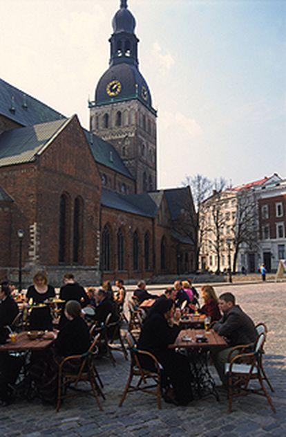 Un café anima la plaza de la Catedral de Riga, capital de Letonia.
