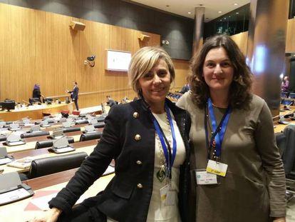 La parlamentaria Ana Coto Montes (izquierda).