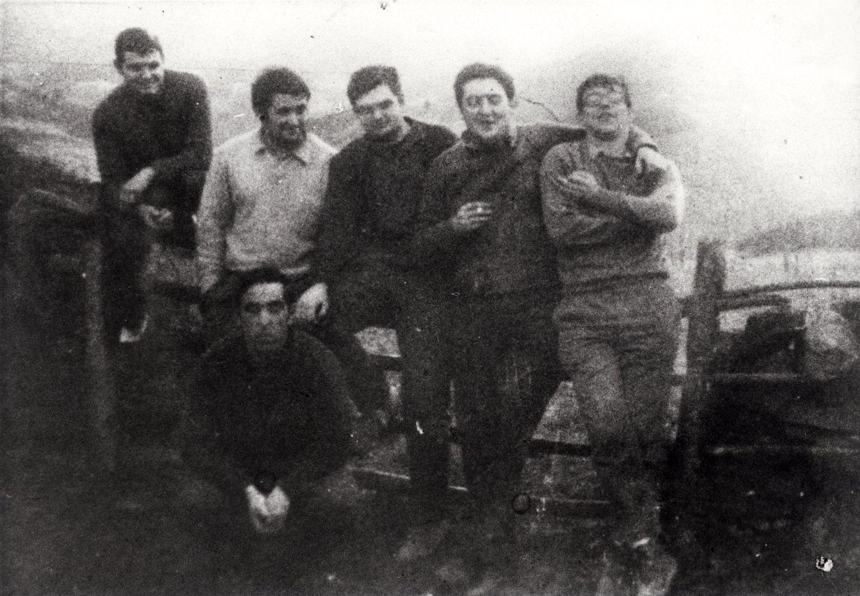"""Imagen de varios de los miembros de ETA que serían juzgados en el proceso de Burgos de diciembre de 1970, en una foto de 1968, en el Biltzar Ttipia De Dima (Vizcaya), cuando se encontraban en la clandestinidad. De  izquierda a derecha de pie: Xabier Izko de la Iglesia """"Txikerra"""", Mikel Etxeberria """"Makagüen"""", Mario Onaindia, Gregorio López Irasuegi """"Javi"""", Eduardo Uriarte """"Teo"""", y, agachado, Jon Etxabe."""