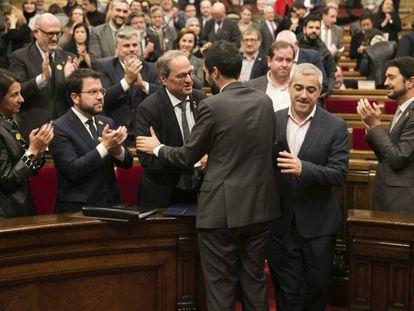 Quim Torra, presidente de la Generalitat, recibe el saludo del del Parlament, Roger Torrent, en el pleno de este sábado.