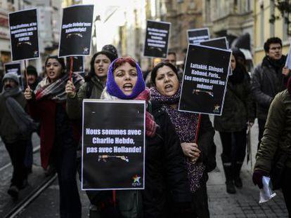 Manifestantes guardan un minuto de silencio en Estambul por el atentado terrorista contra el semanario 'Charlie Hebdo'.