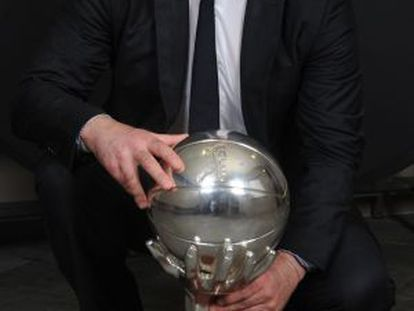 Pablo Laso posa con el título de Liga.