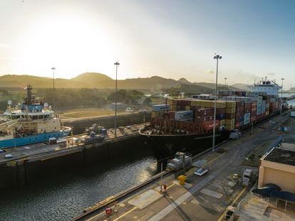 Un buque de contenedores espera a que se vacíe la esclusa en Miraflores en el canal de Panamá para poder continuar su tránsito.