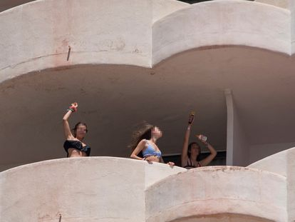 Tres jóvenes en aislamiento tras tener relación directa o indirecta con el brote por covid de un viaje de estudios en Mallorca, bailan en la terraza de una habitación del hotel.