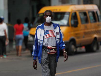 Un hombre camina por una calle de La Habana vestido con atuendos con la bandera estadounidense, el pasado enero.