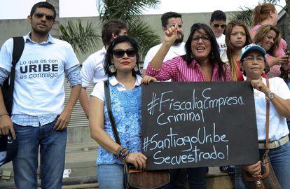 Protesta por la detención del hermano de Uribe.