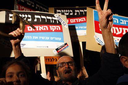 Manifestantes israelíes muestran pancartas contra la segregación por género, ayer en Beit Shemesh, cerca de Jerusalén.