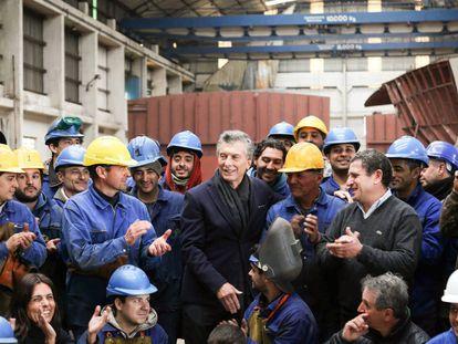 Mauricio Macri, en el centro, rodeado de obreros de un astillero de Mar del Plata.