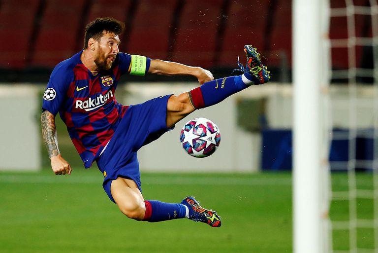 Lionel Messi controla el balón ante el Nápoles.