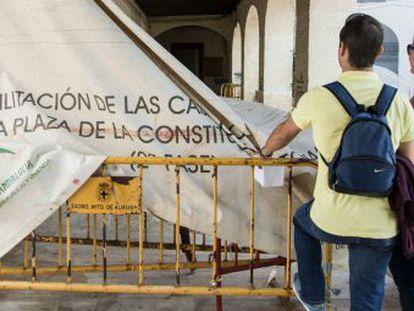 Dos vecinos de Almería, en una zona con obras de rehabilitación.