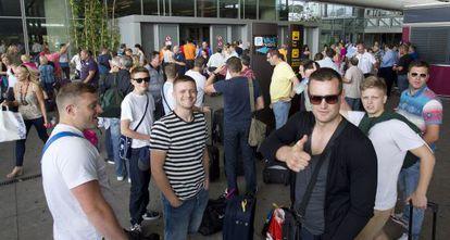 Un grupo de turistas rusos a su llegada al aeropuerto de Málaga.