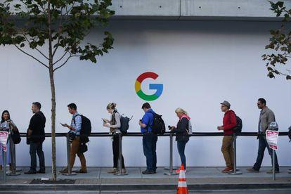 Cola para entrar en un evento de lanzamiento de producto de Google el 4 de octubre en el SFJAZZ Center en San Francisco (EE UU).