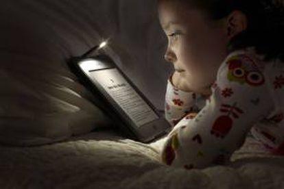 Un libro leyendo un libro digital. EFE/Archivo