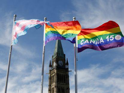 Banderas del orgullo trans y LGTBI frente al Parlamento de Ottawa (Canadá), en 2017.