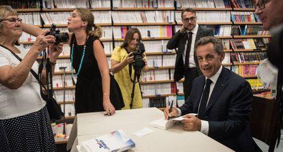 El expresidente francés firma libros en Le Touquet.