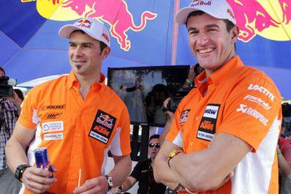 Los pilotos de la escudería de motos alemana KTM Cyril Despres (i) y Marc Coma (d), en Mar del Plata.