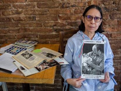Claudia Olga Romana Allegrini muestra el 23 de marzo en Buenos Aires una fotografía de su esposo, Lorenzo Viñas, desparecido en 1980 el marco del Plan Cóndor.