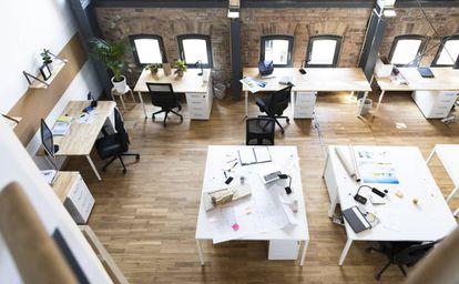 Interior de una oficina moderna en el interior de una antigua nave industrial