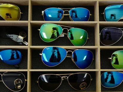 Gafas de la marca Ray-Ban, una de las más famosas de la marca Luxottica.