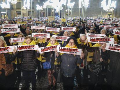 Manifestantes pidiendo la libertad de Junqueras, Forn, Sánchez y Cuixart