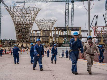 Trabajadores en las obras del nuevo aeropuerto de Ciudad de México.
