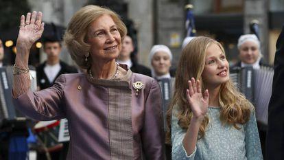 La princesa Leonor, con su abuela doña Sofía en Oviedo, a su llegada a los premios Princesa de Asturias 2019.