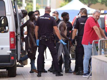Un grupo de subsaharianos conducidos por la Policía Nacional en Melilla.