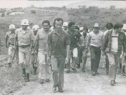 Daniel Camargo, en el centro, acompaña a un destacamento de policías y autoridades para señalar el lugar donde abandonó a varias de sus víctimas, en una imagen de los años ochenta.